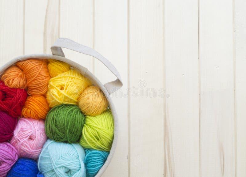 Sfere colorate di filato Vista da sopra Colori del Rainbow Tutti i colori fotografia stock