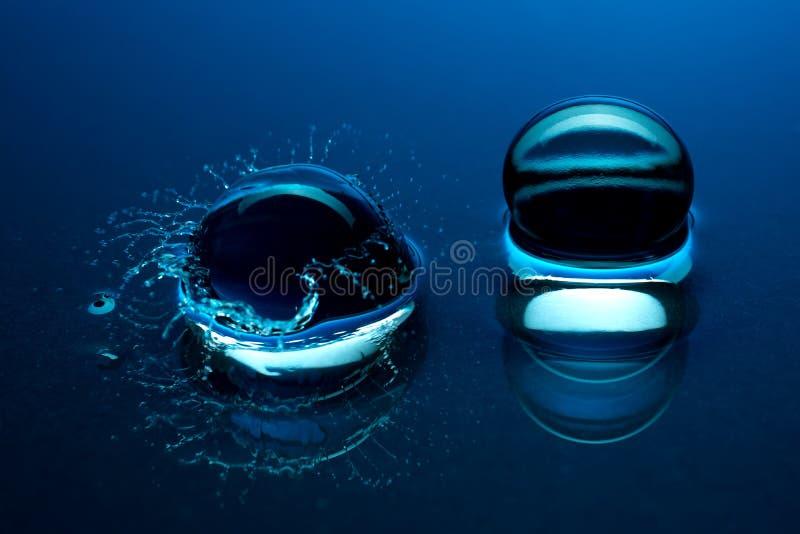 Sfere di cristallo blu - spruzzata nell'acqua fotografia stock libera da diritti