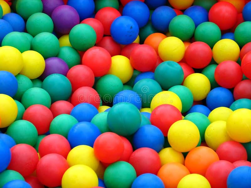 Sfere di plastica nei colori differenti immagine stock libera da diritti
