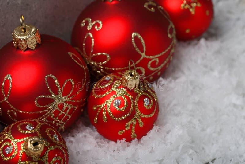 Sfere rosse di natale su neve fotografia stock libera da diritti