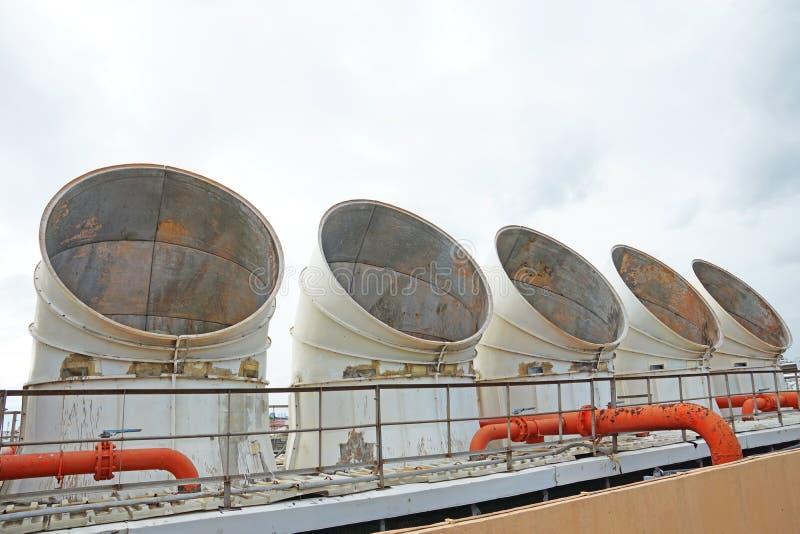 Sfiati dello scarico delle unità di ventilazione e di condizionamento industriale immagini stock