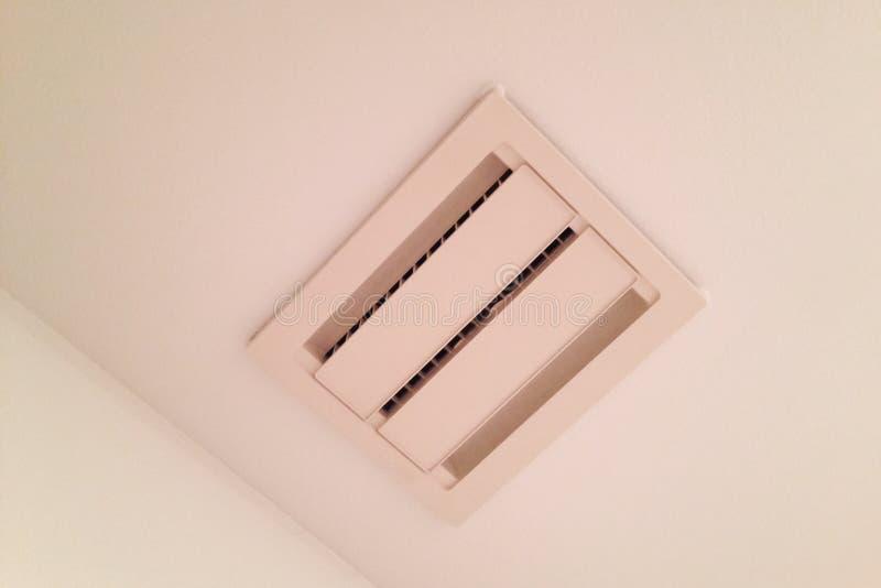 Sfiato del soffitto per l 39 aspiratore del bagno immagine stock immagine 56051021 - Aspiratore bagno prezzi ...