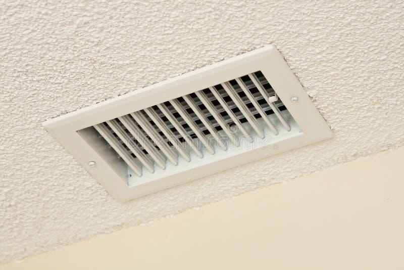Sfiato del soffitto sul soffitto acustico immagine stock libera da diritti