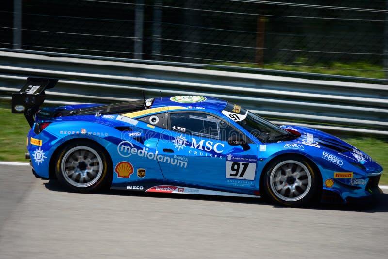 Sfida blu di Chrome Ferrari 488 nell'azione immagine stock