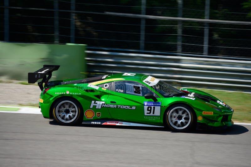 Sfida di Ferrari 488 di verde di Chrome nell'azione fotografia stock