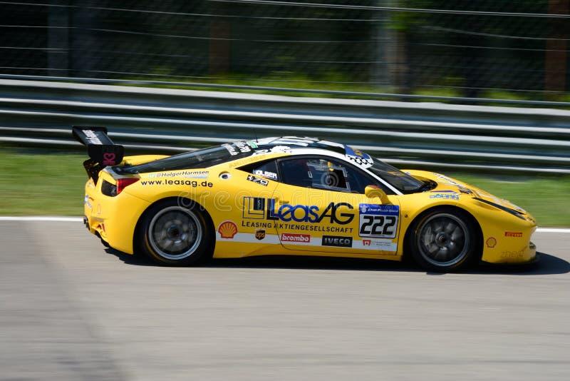 Sfida gialla EVO di Ferrari 458 nell'azione immagini stock libere da diritti