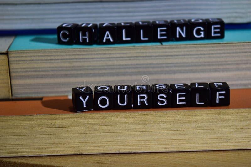 Sfida voi stessi sui blocchi di legno Concetto di ispirazione e di motivazione immagini stock
