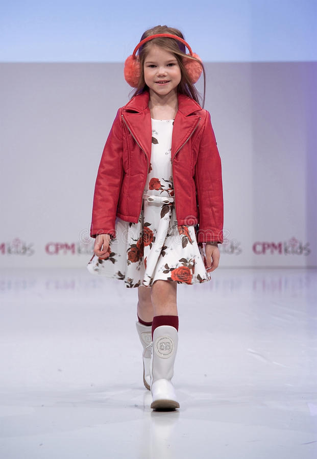 Sfilata di moda Bambini, ragazza sul podio fotografia stock