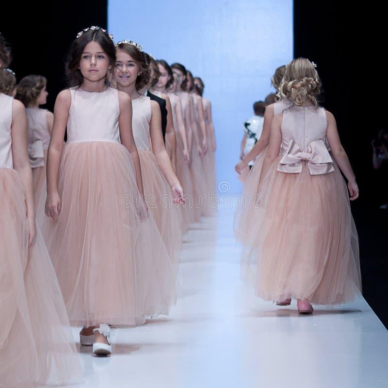 Sfilata di moda Bambini, ragazze sul podio fotografie stock