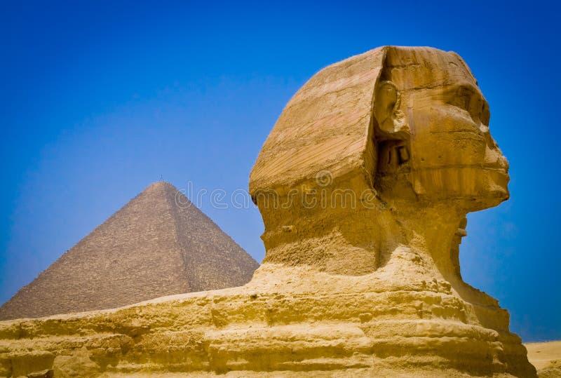 Sfinks przy antycznymi ostrosłupami Giza zdjęcia royalty free