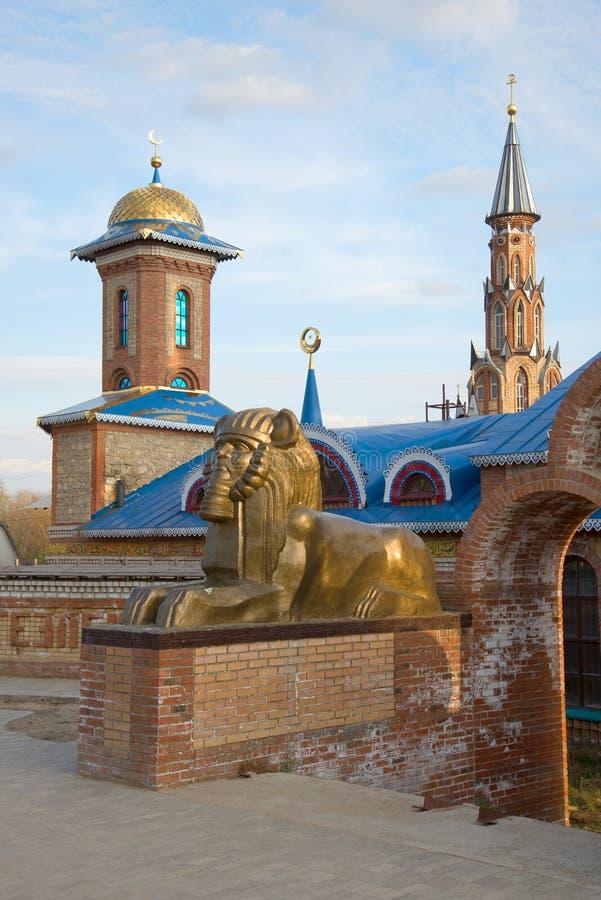 Sfinks rzeźba przy wejściem świątynia wszystkie religie Stary Arakchino, Kazan zdjęcia royalty free