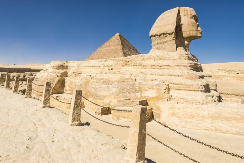 Sfinx en Grote Piramide van Farao Khufu, Giza (Egypte) royalty-vrije stock afbeelding