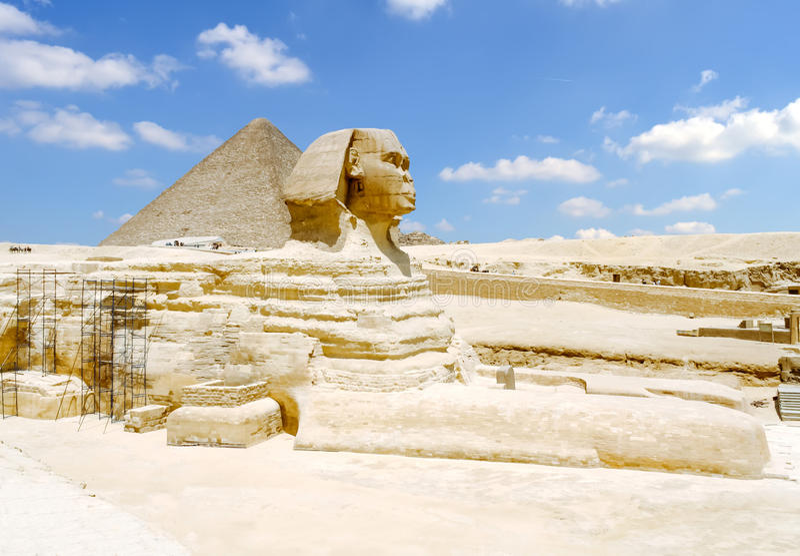 Sfinx och den stora pyramiden av Giza i Egypten royaltyfri foto