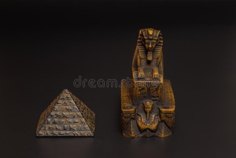 Sfinx- och pyramidstatyett royaltyfria bilder