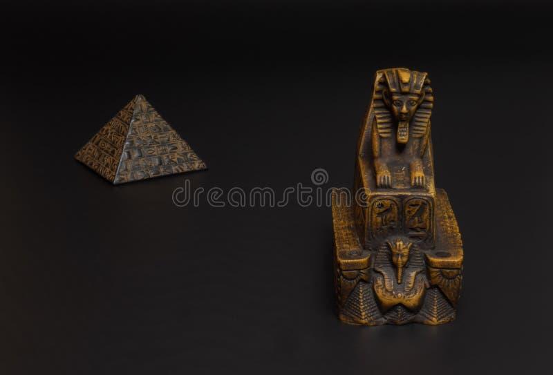 Sfinx- och pyramidstatyett arkivfoto