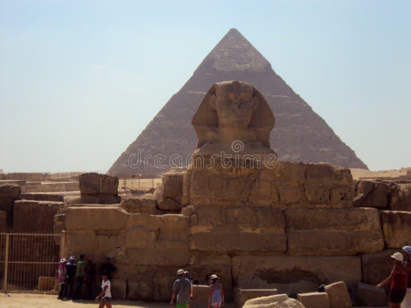 Sfinx som bevakar pyramiden arkivfoto
