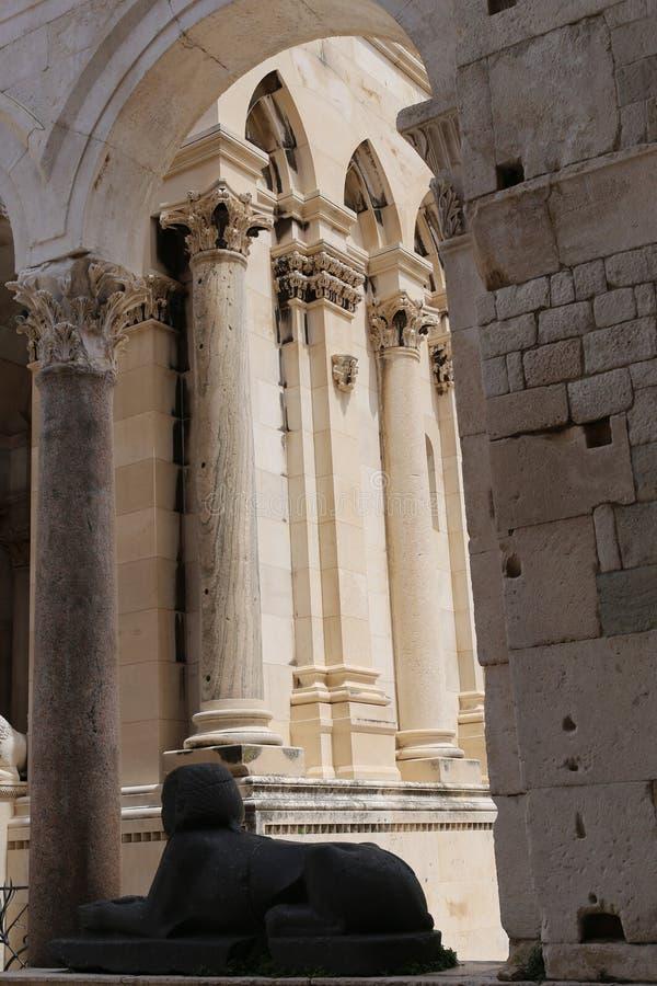 Sfinx y parte del campanario del palacio de Diocletian en fractura imagen de archivo libre de regalías
