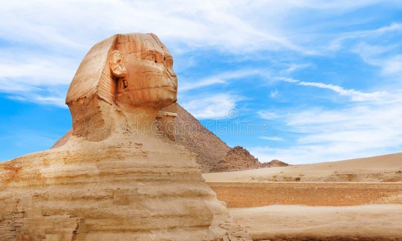 Sfinxen och den stora pyramiden, i Egypten royaltyfri foto