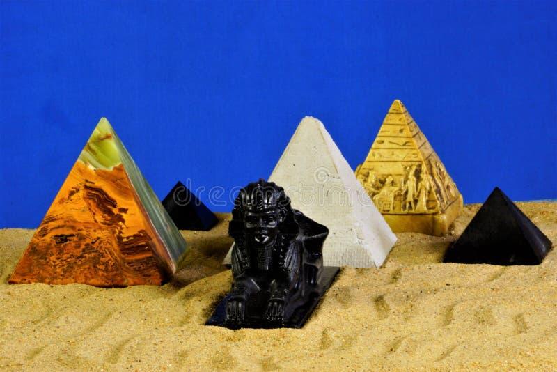 Sfinxen och pyramiderna i sanden på en blå bakgrund Pyramidarkitektur är ett symbol av evig energi Sfinxen är arkivfoton
