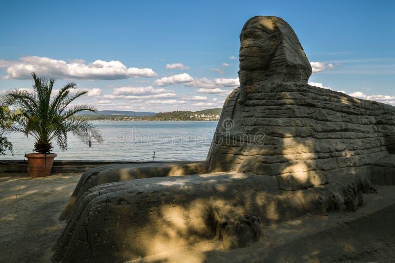 Sfinxstandbeeld van zand op kusten van het Meer van Konstanz op Mainau-Eiland stock fotografie