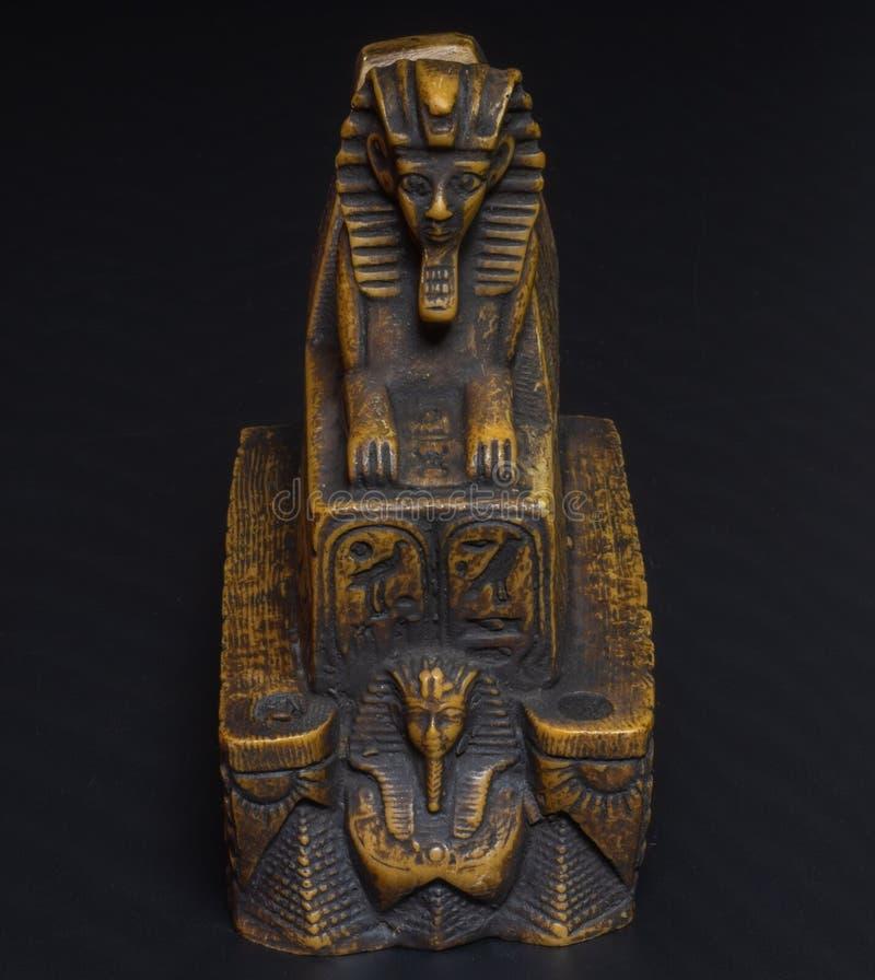 sfinxstatyett på en svart bakgrund royaltyfri foto