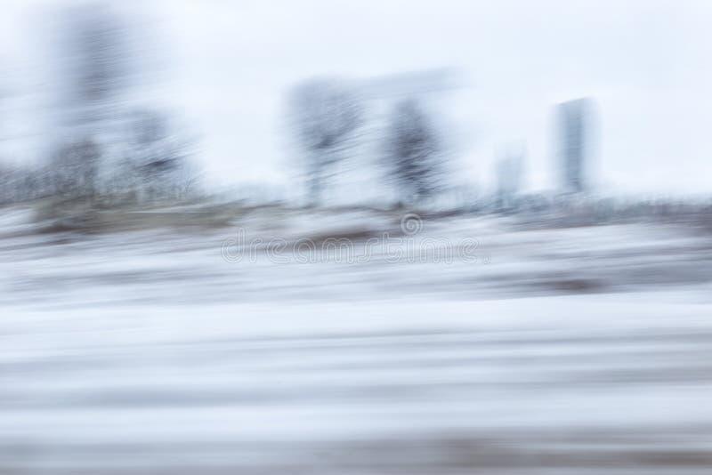 Sfocato senza messa a fuoco, la vista dalla finestra dell'auto in movimento Panning immagini stock