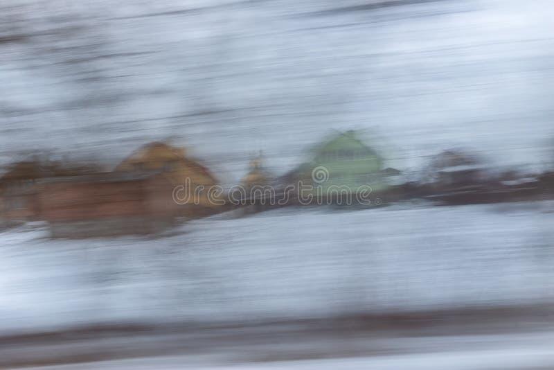 Sfocato senza messa a fuoco, la vista dalla finestra dell'auto in movimento Panning immagine stock