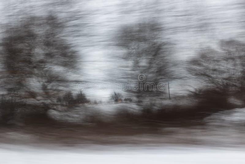 Sfocato senza messa a fuoco, la vista dalla finestra dell'auto in movimento Panning fotografia stock