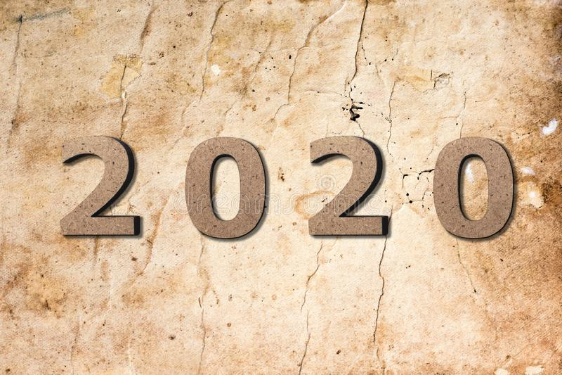 Sfondo astratto con la data del 2020 sulla trama della carta bruciata vecchia sbiadita, inizio di un nuovo anno, progetto coperti fotografia stock libera da diritti