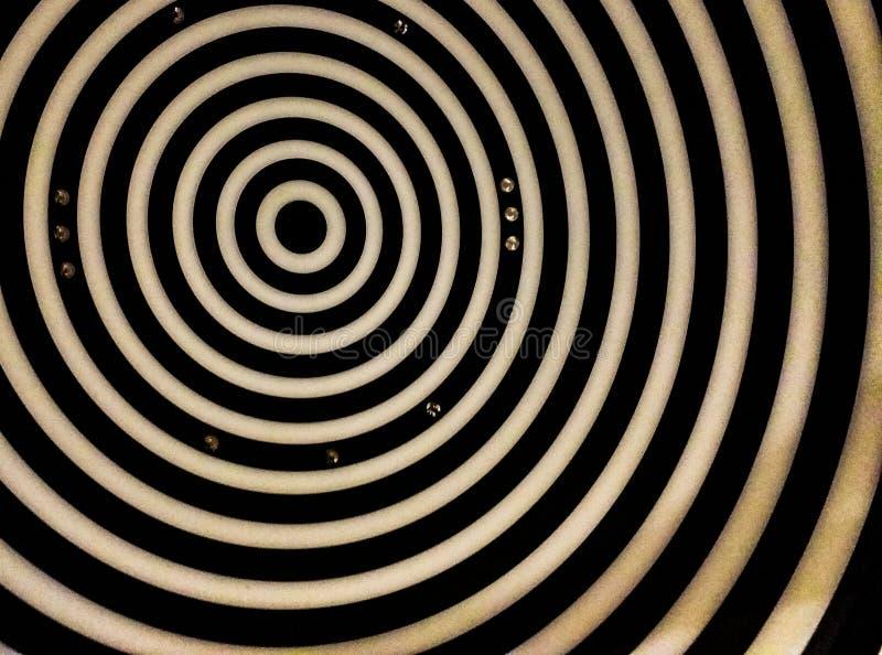 Sfondo creato da una fotografia della parte da osservare in uno strumento ottico per valutare la vista, gli anelli bianchi e neri fotografia stock