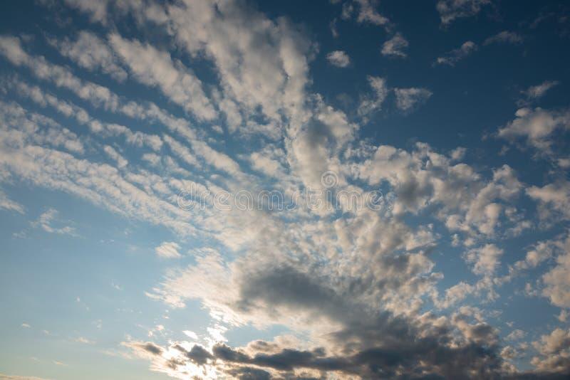 Sfondo d'aria del cielo azzurro con nuvole bianche fotografia stock