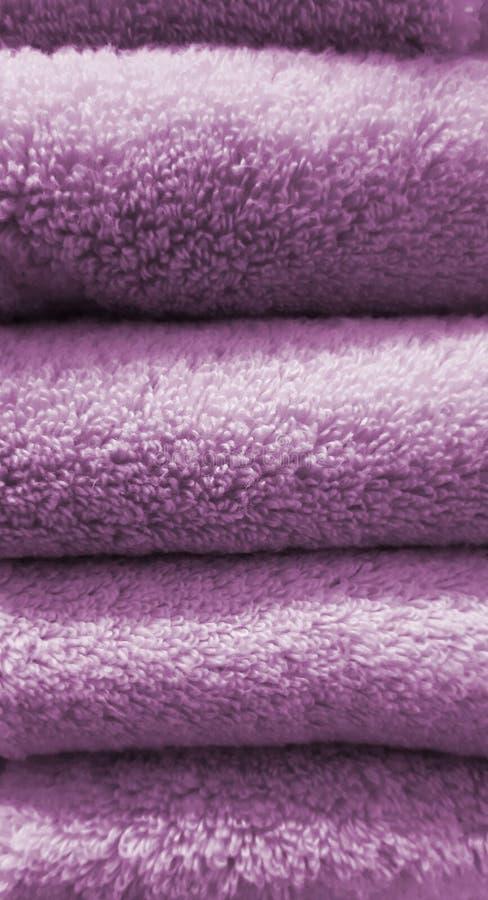Sfondo di trama dello stack di asciugamani viola immagine stock libera da diritti