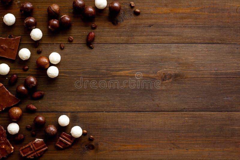 Sfondo dolce con palline di pralina al cioccolato su uno spazio per la copia in alto fotografia stock libera da diritti