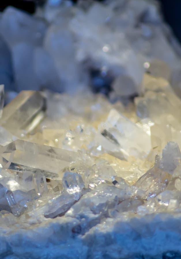 Sfondo, foto di un particolare minerale cristallino di una pietra contenente cristallo immagini stock
