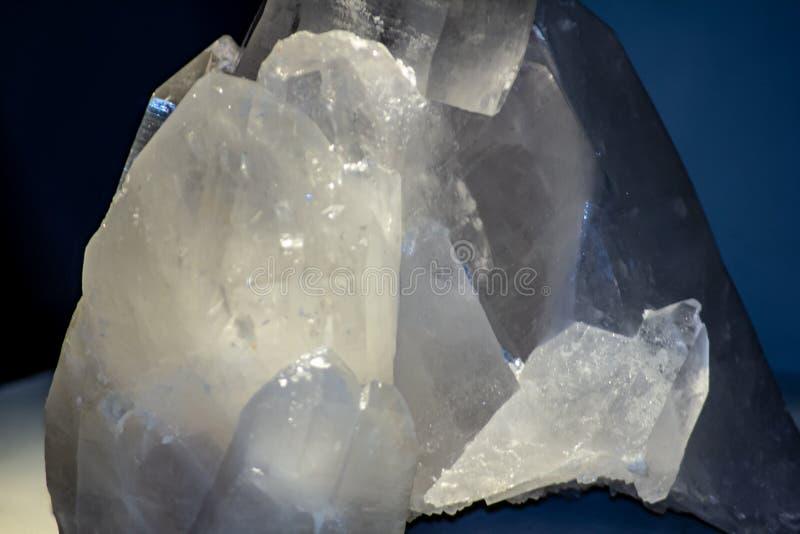 Sfondo, foto di un particolare minerale cristallino di una pietra contenente cristallo immagine stock