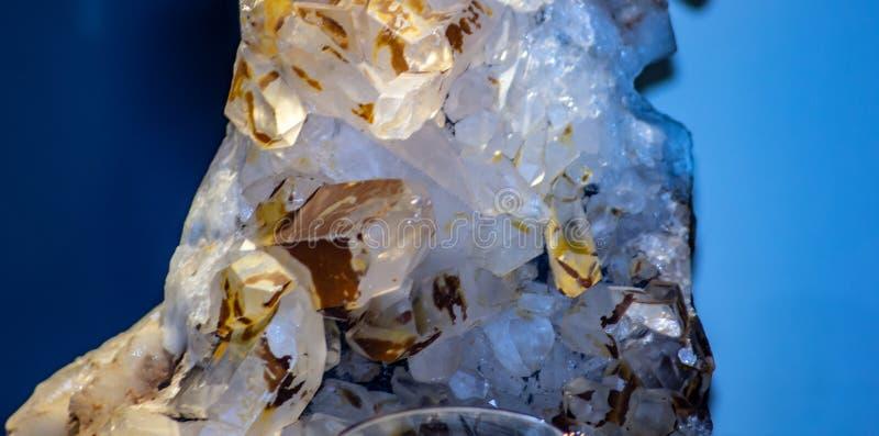 Sfondo, foto di un particolare minerale cristallino di una pietra contenente cristallo fotografia stock libera da diritti