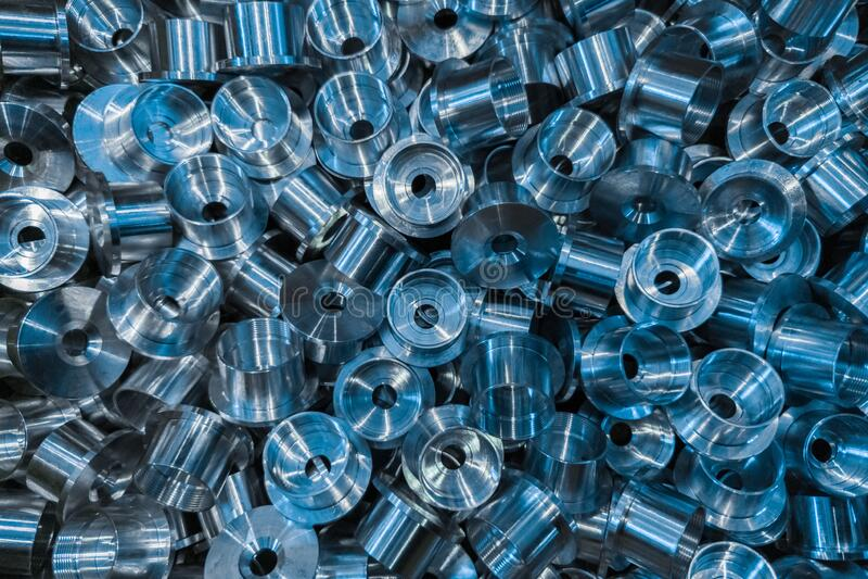 Sfondo industriale con una pila di parti aerospaziali metalliche lucide Sfondo tecnico full-frame fotografia stock