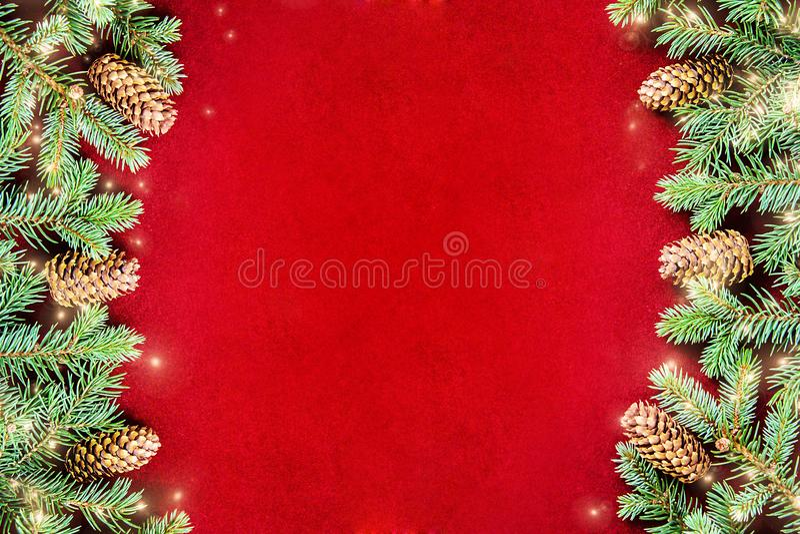 Sfondo naturale accogliente con i rami del pino per le carte del nuovo anno e di Natale fotografia stock libera da diritti