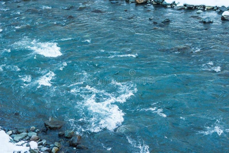sfondo naturale con acqua, fiume veloce della montagna fotografia stock
