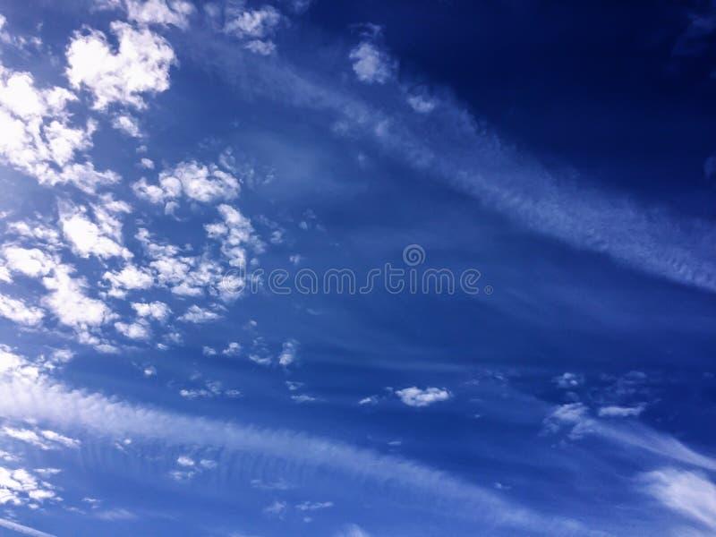 Sfondo naturale di viste delle nuvole bianche drammatiche del cielo blu fotografia stock libera da diritti