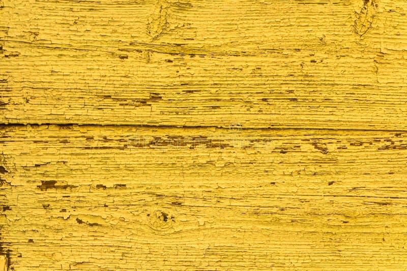 Sfondo naturale sbiadito giallo d'annata Struttura della parete isolata vecchia pittura della sbucciatura di legno solido di lerc immagini stock
