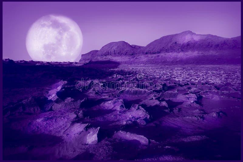 Sfondo naturale ultravioletto Deserto fantastico porpora Colore dell'anno 2018 immagini stock