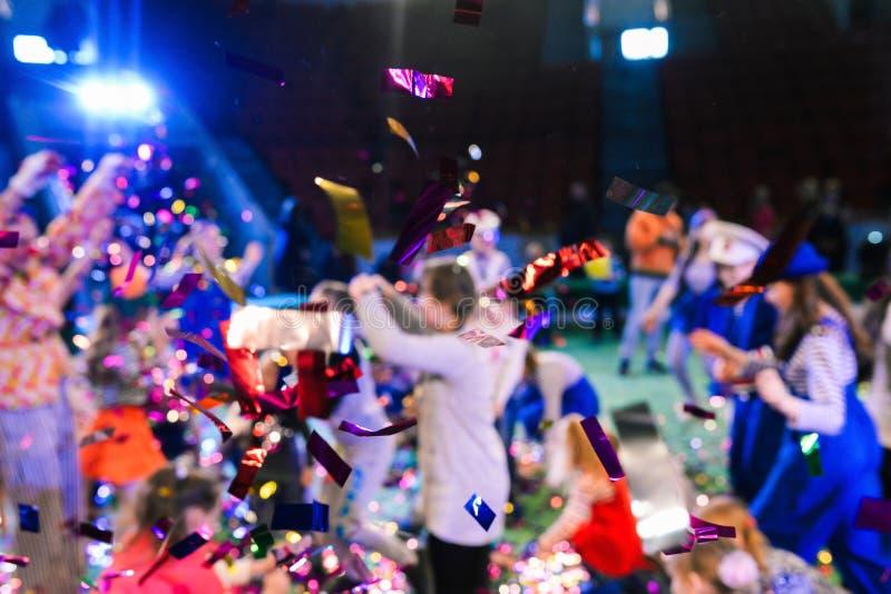 Sfondo sfuocato La gente si diverte alla festa Colpo di Confetti fotografie stock libere da diritti