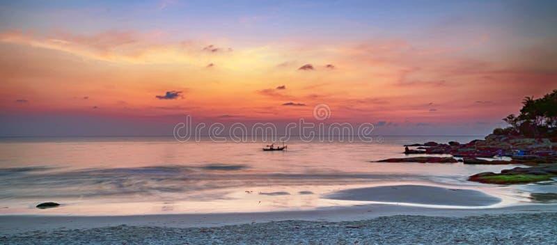 Sfondo torbido colorato all'alba o al tramonto immagine stock libera da diritti