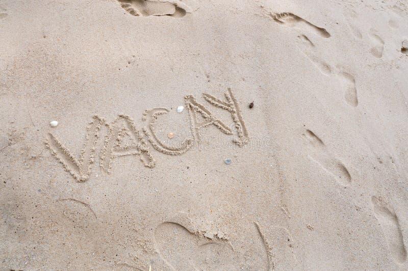 Sformułowania Vacay na Plażowym piaska tle obrazy stock
