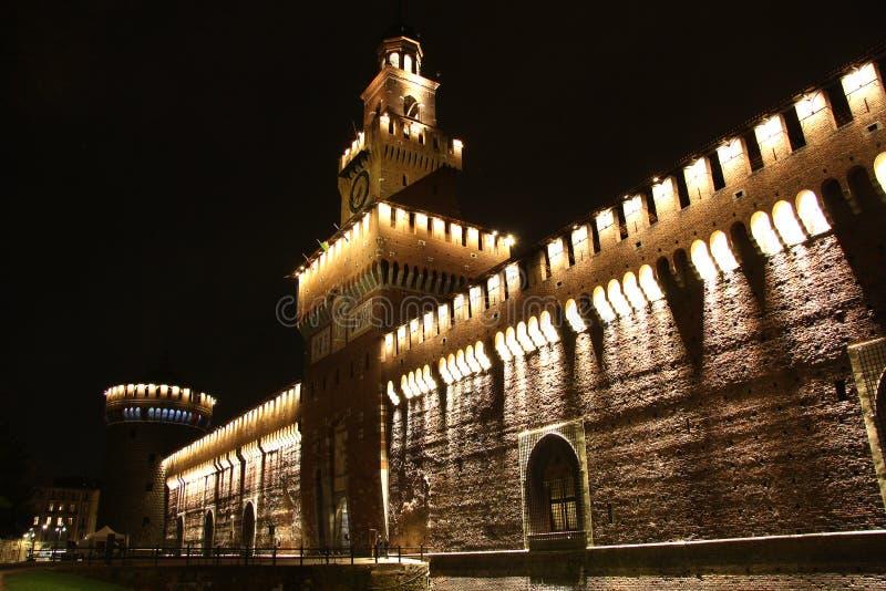 Sforza城堡在米兰,意大利在晚上 库存图片