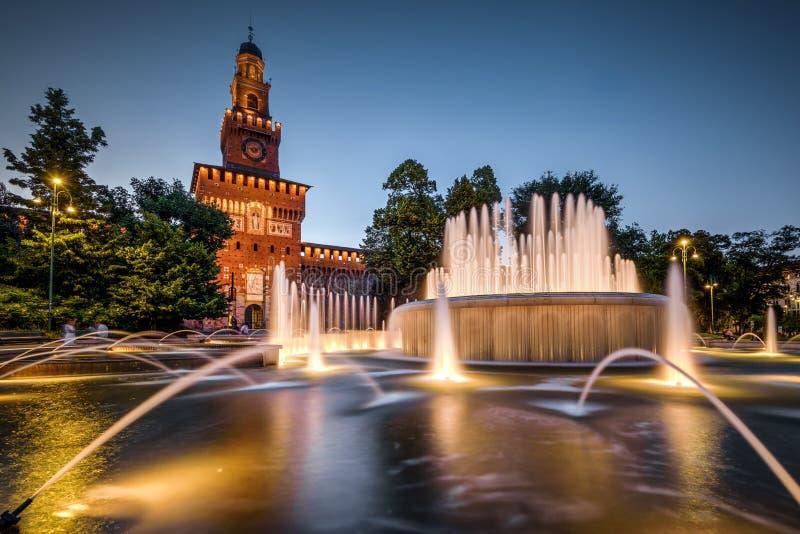 Sforza Castel在晚上在米兰,意大利 库存照片