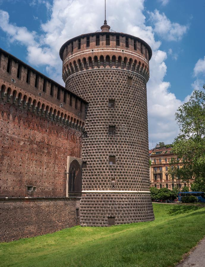 Sforza kasztel Drewniany zegarka wierza Kasztel budował w 15 wiek Francesco Sforza, diuk Mediolan Teraz jest tam obraz stock