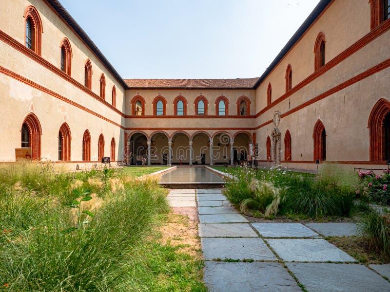 Sforza Roszuje Castelllo Sforzesco wewnętrznego podwórze z ogródem zdjęcie stock