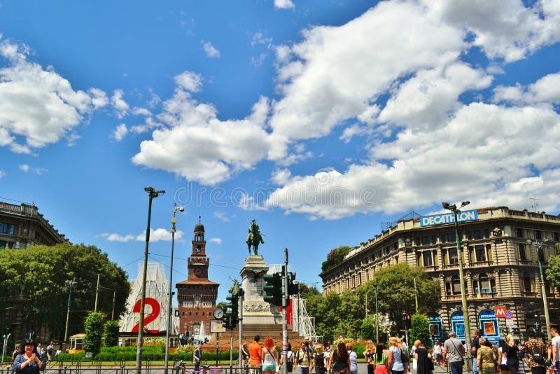 Sforzakasteel en het Giuseppe Garibaldi-monument in Cairoli-vierkant in Milaan royalty-vrije stock afbeeldingen